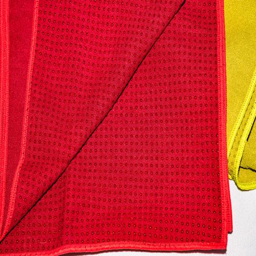 Noppen der roten Sportunterlage im Detail